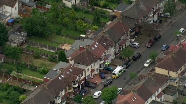 vídeos de stock, filmes e b-roll de third attacker and more victims named; ilford: ext / day air view police officers and police van outside house - ilford