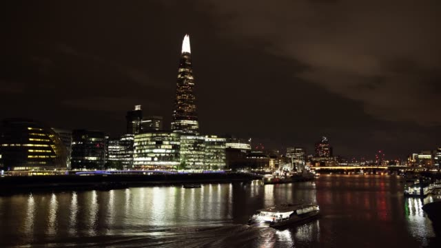 london bridge city und der shard wolkenkratzer in der nacht - flussufer stock-videos und b-roll-filmmaterial