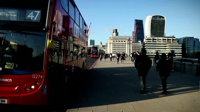 vidéos et rushes de london bridge dans les heures de pointe - double decker bus