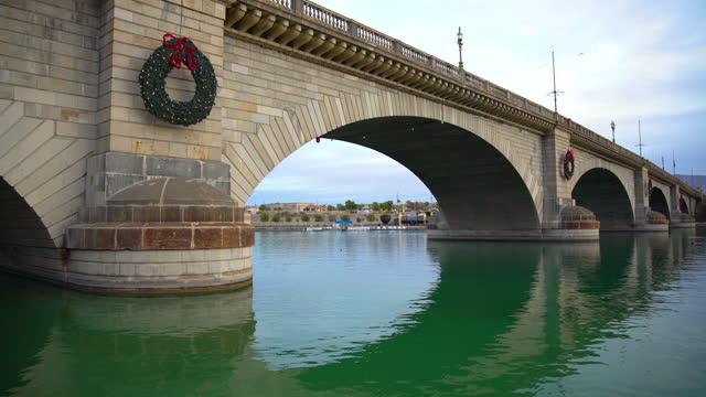 london bridge rebuilt on lake havasu arizona america - bridge built structure stock videos & royalty-free footage