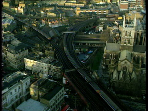 vídeos de stock, filmes e b-roll de london bridge station in rush hour trains go to and from the station on elevated tracks - 1980 1989