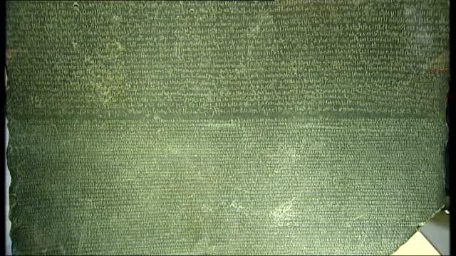 vídeos y material grabado en eventos de stock de london british museum int rosetta stone on display behind glass and hieroglyphics on stone - jeroglífico