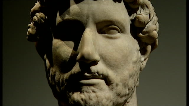 stockvideo's en b-roll-footage met london british museum int stone sculpture of the roman emperor hadrian - koninklijk persoon