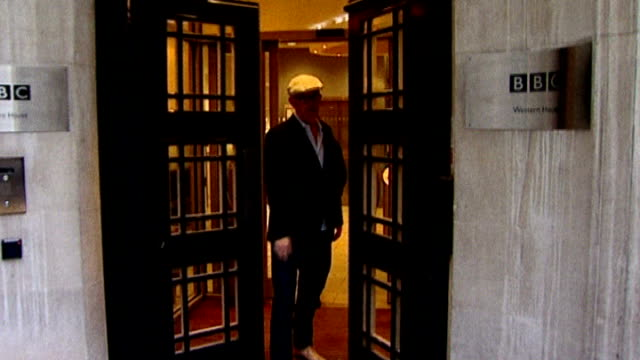 vidéos et rushes de london broadcasting house ext chris evans out of broadcasting house towards - terry wogan