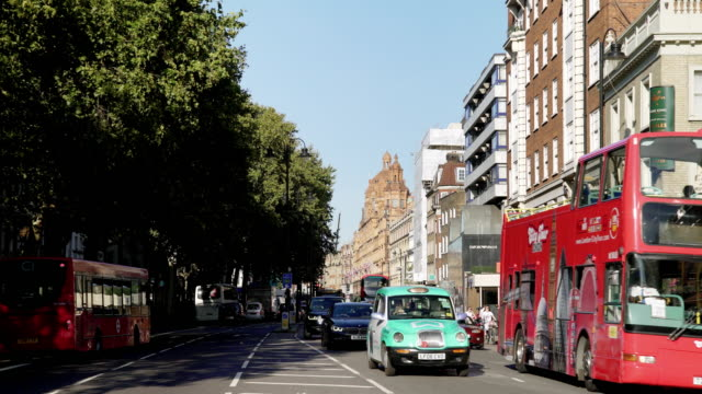 london brompton road und harrods kaufhaus - doppeldeckerbus stock-videos und b-roll-filmmaterial