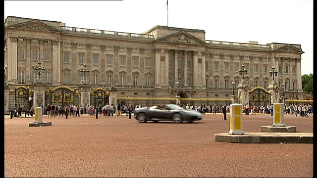 buckingham palace: ext general views of buckingham palace, tourists to and fro in front of building reporter to camera - gesamtansicht stock-videos und b-roll-filmmaterial