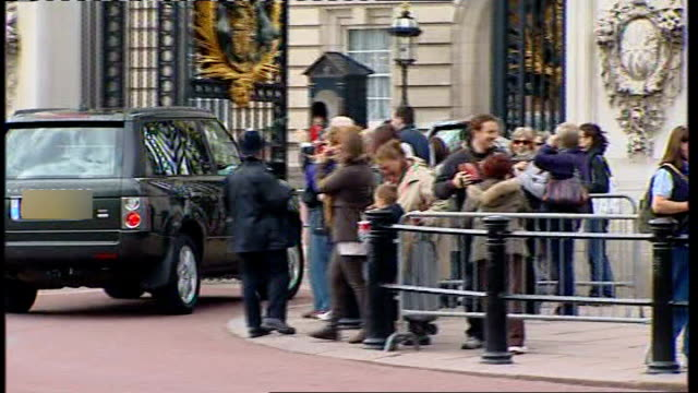london buckingham palace ext queen elizabeth motorcade along and into buckingham palace royal standard being raised above buckingham palace - motorcade stock videos & royalty-free footage