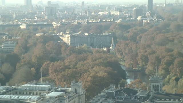 (hd1080i) london: buckingham palace von oben, zoom out - buckingham palace stock-videos und b-roll-filmmaterial