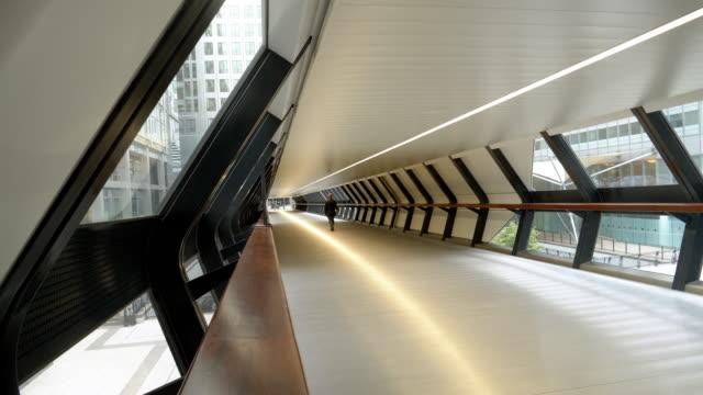 vídeos de stock e filmes b-roll de london canary wharf adams plaza (adams place) bridge - ponte
