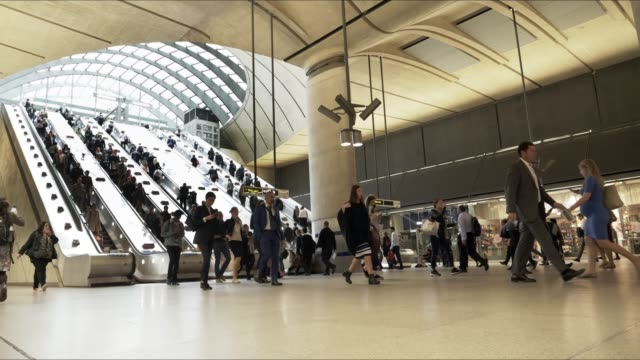 london canary wharf tube station - pendler stock-videos und b-roll-filmmaterial