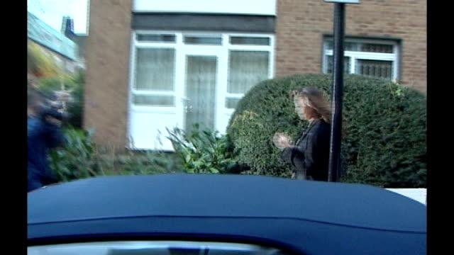 vidéos et rushes de london: chelsea: **flashlight photography throughout** kate middleton along street surrounded by paparazzi press photographers 1980 london: lady... - paparazzi