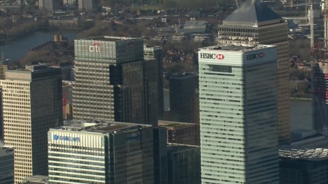 vídeos de stock e filmes b-roll de london city airport / parliament aerials air views canary wharf towers including hsbc and citibank / city of london towers inlcuding the gherkin and... - hsbc towers