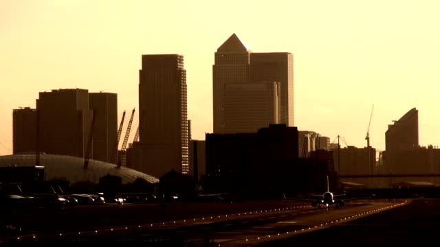 stockvideo's en b-roll-footage met london city airport - the o2 londen