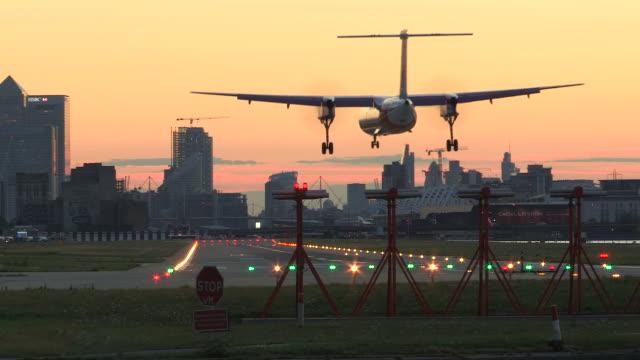 vidéos et rushes de london city airport - piste d'envol