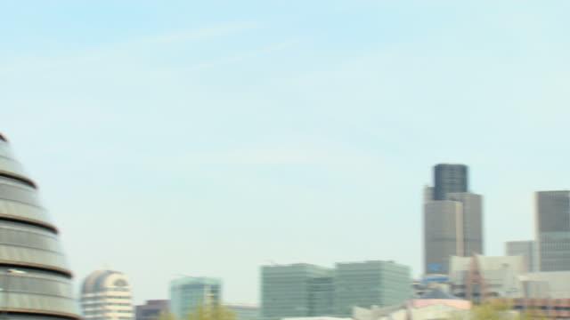vídeos de stock e filmes b-roll de london city hall and city of london - rasto de movimento
