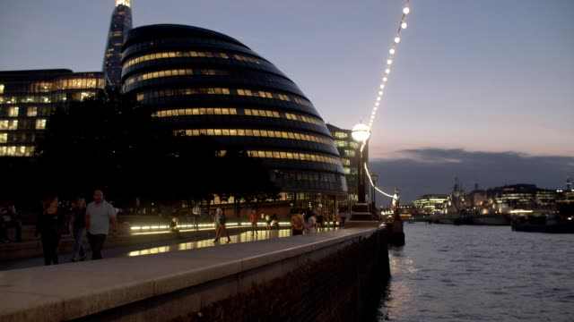 london city hall und themse bei nacht - flussufer stock-videos und b-roll-filmmaterial