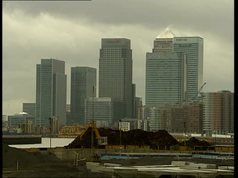 city of towers london city of towers itn england london lehman brothers building tilt up la gv canary wharf tower pan to lehman brothers building int... - minerva 個影片檔及 b 捲影像