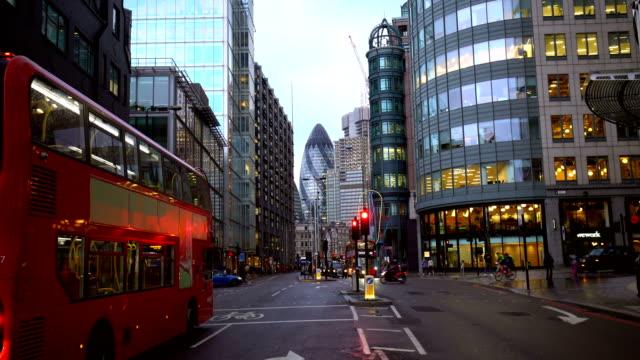 vidéos et rushes de trafic de ville de londres la nuit - double decker bus
