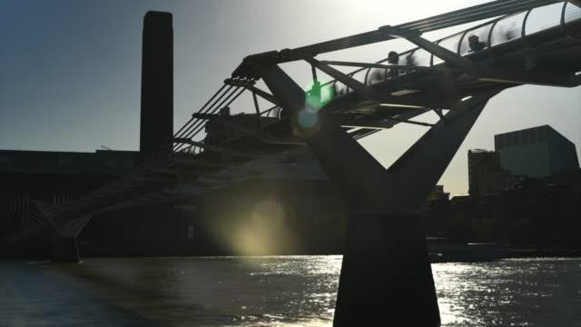 vídeos y material grabado en eventos de stock de ciudad de londres - puente del milenio londres