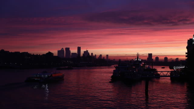 london city views at sunset, commuters, bank of england, skyscrapers in london, u.k. on thursday, december 5, 2019. - dramatic sky stock videos & royalty-free footage