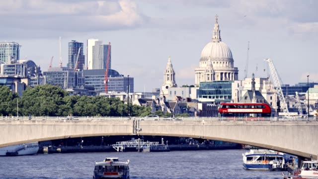 vídeos de stock e filmes b-roll de london cityscape thames river - brexit