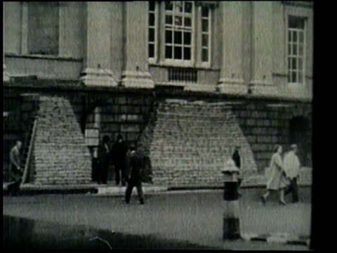 london civilians, women and children, and buckingham palace all prepare for war with germany. - 防空壕点の映像素材/bロール