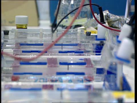 vidéos et rushes de london cms side scientists working in lab of imperial cancer research fund cs side scientist using pipette la cms scientists standing by centrifuge... - centrifugeuse équipement de laboratoire