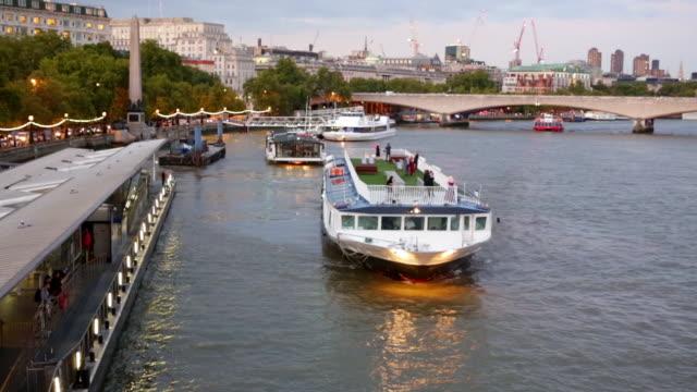 vídeos y material grabado en eventos de stock de london cruise boat departing from embankment pier - restaurante flotante