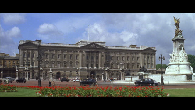 vídeos de stock, filmes e b-roll de 1962 london - cumberland terrace, buckingham palace, nelson's column - palácio de buckingham