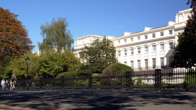 vídeos de stock, filmes e b-roll de london cumberland terrace in outer circle road at regent's park - parque regents