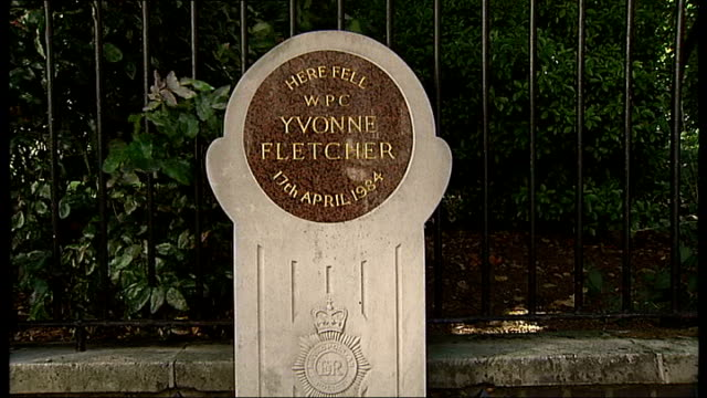 london day memorial to yvonne fletcher with inscription reading 'here fell wpc yvonne fletcher 17th april 1984' - 彫刻画点の映像素材/bロール