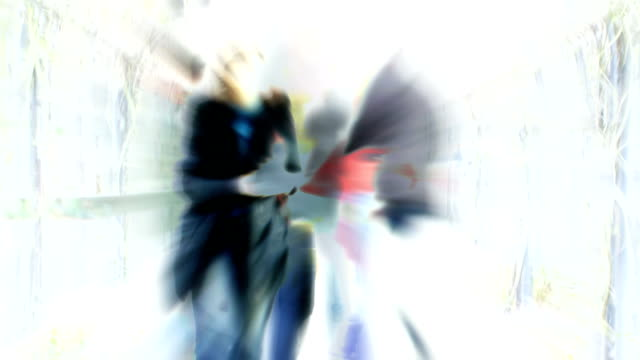 Menschen gehen durch PERGOLA (reverse flow): london, Dezember-Übergang