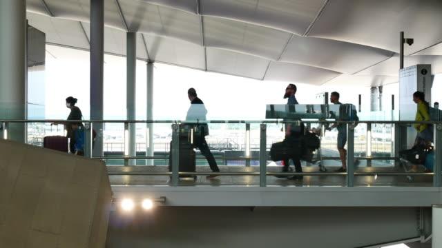 vídeos y material grabado en eventos de stock de 4 k londres salida y llegada, movimiento de pasajeros en el aeropuerto - estación edificio de transporte