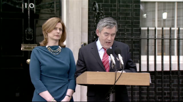 london downing street photography*** gordon brown mp out of no10 with wife sarah brown and up to podium staff gathered to listen gordon brown mp... - ゴードン ブラウン点の映像素材/bロール