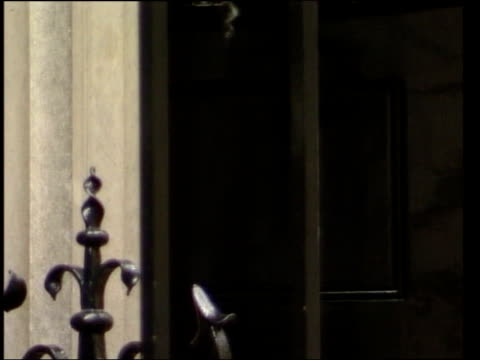 vídeos de stock, filmes e b-roll de london downing street number 10 downing street cms lamp over entrance cms '10' on front door as door opens cms blair from number 10 and into car... - soft focus