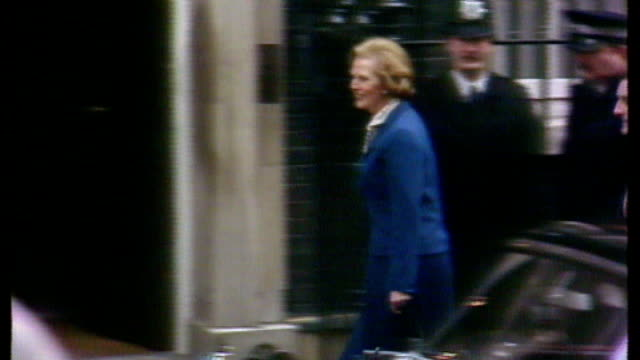 vídeos y material grabado en eventos de stock de london downing street ext margaret thatcher waving from steps of number 10 as newlyelected prime minister - 1979