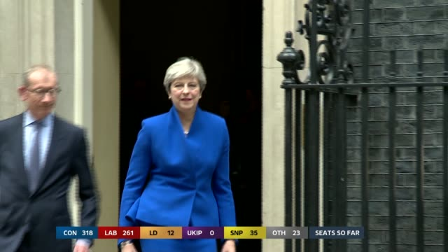 vídeos de stock, filmes e b-roll de london downing street ext prime minister theresa may mp and her husband philip from number 10 and to car - marido