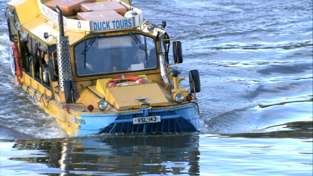 london duck tours amphibious craft catches fire on the thames file date unknown various shots london duck tours craft along up ramp out of river... - amfibiefordon bildbanksvideor och videomaterial från bakom kulisserna