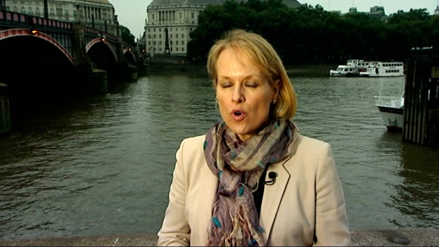 vídeos de stock e filmes b-roll de london duck tours amphibious craft catches fire on the thames london reporter to camera - veículo anfíbio