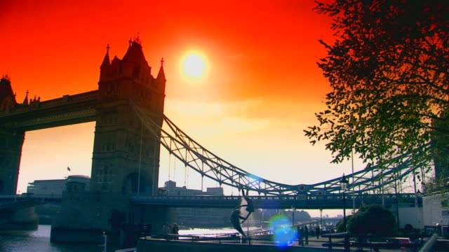 stockvideo's en b-roll-footage met london, englandsun setting behind tower bridge - onbekend geslacht