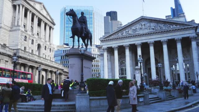 vídeos de stock e filmes b-roll de london equestrian statue of the duke of wellington and royal exchange - figura masculina