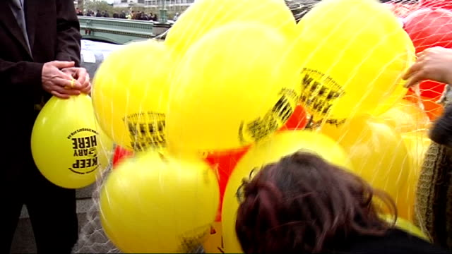 vidéos et rushes de gary mckinnon, computer hacker threatened with extradition to the usa, and his supporters inflating red and yellow balloons to publicise his fight... - effet visuel