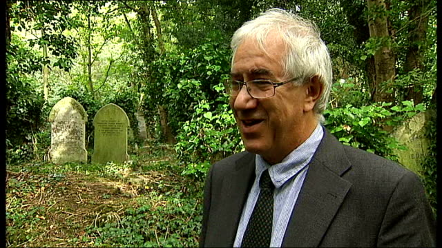 vidéos et rushes de london ext graves in highgate cemetery zoom in to headstone of ferdinand thomas barzetti close shot of engraving of union flag and stars and stripes... - pierre tombale