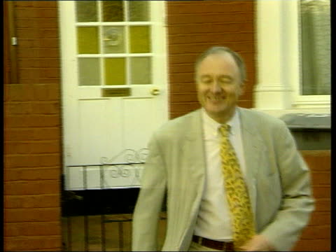 stockvideo's en b-roll-footage met london ext ms ken livingstone mp towards from house to speak to press ms press surrounding livingstone cf = b0558961 or order ref bsp150300014 - ken livingstone