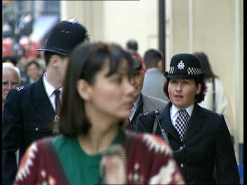 vídeos y material grabado en eventos de stock de london ms male police officer female police officer towards on beat lib hendon gvs group of police officers marching along at training college - racismo