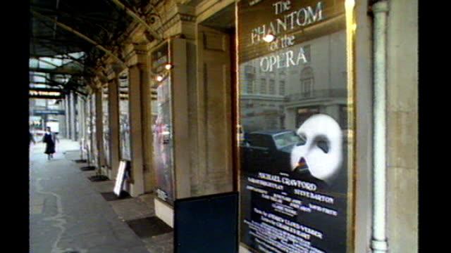 london ext 'phantom of the opera' poster outside theatre - das phantom der oper stock-videos und b-roll-filmmaterial