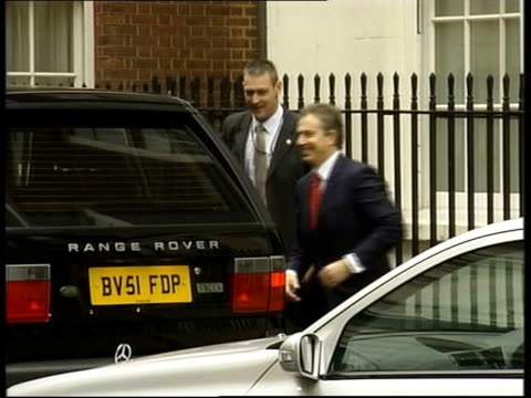 london ext prime minister tony blair mp from car as doubles back to other side to offer arm to david blunkett mp blair and blunkett along to building... - charles clarke britischer politiker stock-videos und b-roll-filmmaterial