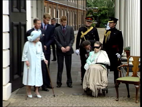 vídeos de stock e filmes b-roll de will lib england london ext princess margaret sat in wheelchair outside clarence house zoom - 2001