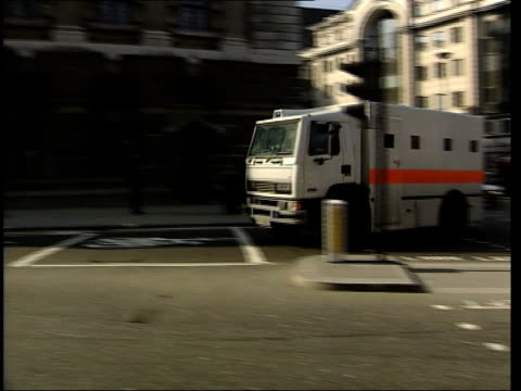 london prison van bringing kenneth noye to court for trial for murder of stephen cameron pan to bv away into court building - kenneth noye stock videos & royalty-free footage