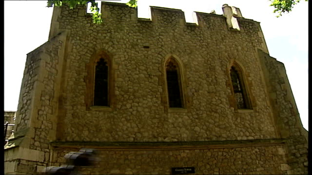 stockvideo's en b-roll-footage met london ext various views of the tower of london beefeaters participating in teh contable's dues ceremony to receive one keg of wine as customs duty... - yeomen warder